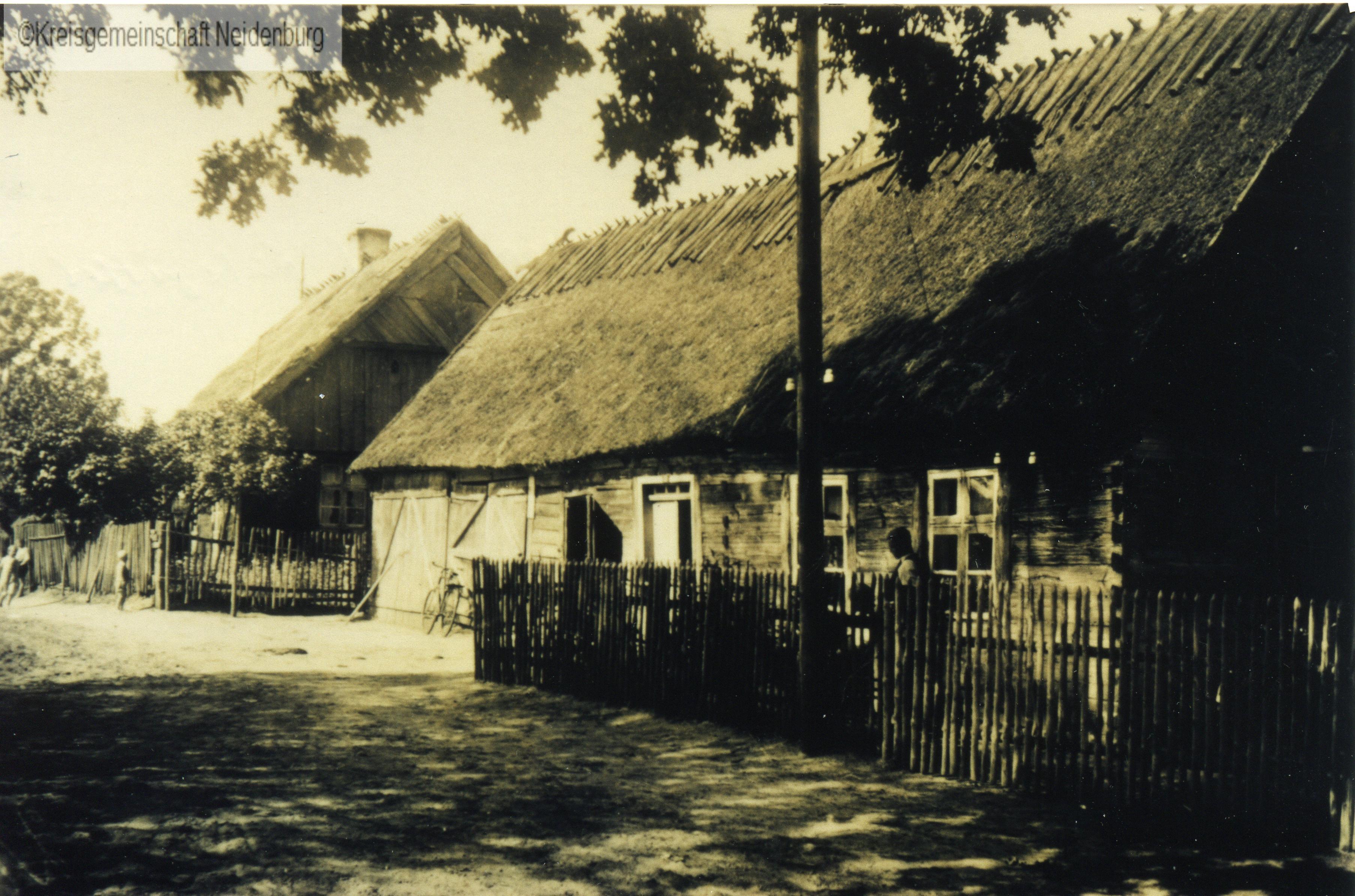 Dom Augusty i Wilhelma Mendrzyckich na przeciwko karczmy
