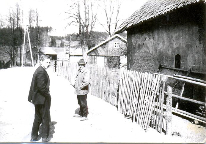 Antoni Kaliński i Leon Kramkowski około 1975r., droga na Nową Wieś ( w tle stodoła obecnie Edwarda Karkoszki)
