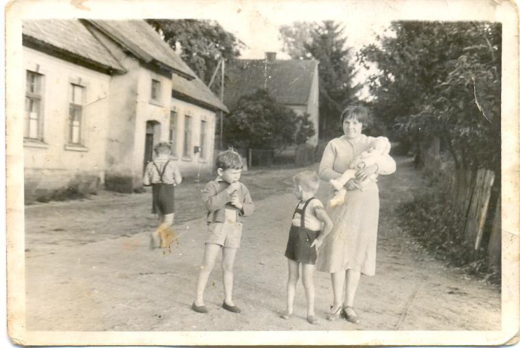1961r., Gertruda Kalińska z Gabrielą na rekach, Jarek i Andrzej Kaliński (odrwóceni)