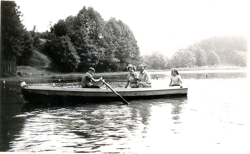 Gertruda i Antoni Kalińscy wraz z dziećmi - Gabrysią  i Jurkiem. Łajs tuż za mostem