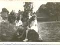 od lewej Gudrun Rucha, Gabriela Kalińska, plaża za mostkiem, w tle karczma